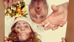 Paar packt Paket zu Weihnachten aus