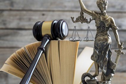 Gerichtssaal, Law concept. Gavel, statue and book