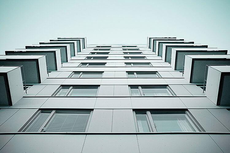 Häuserwand mit Blick von unten nach oben