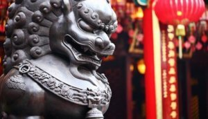 Huawai, Lion statue in front of chinese temple