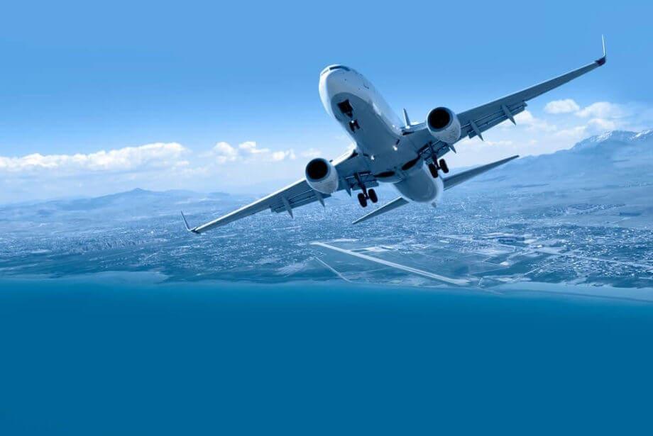 Man sieht ein Flugzeug, das in der Luft weiter nach oben steigt.