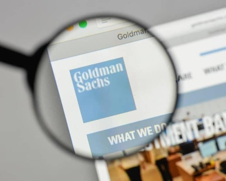 Goldman Sachs Logo auf einer Webseite wird mit Lupe vergrößert.