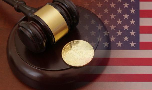 Amerikanische Flagge im Hintergrund und Hammer des Richters
