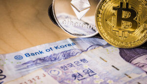 Südkoreanische Banknote neben Bitcoin und Ethereum.