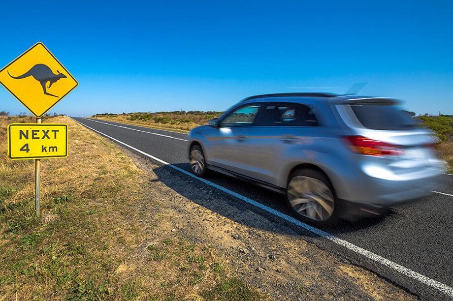Auto fährt auf einer Straße in Australien