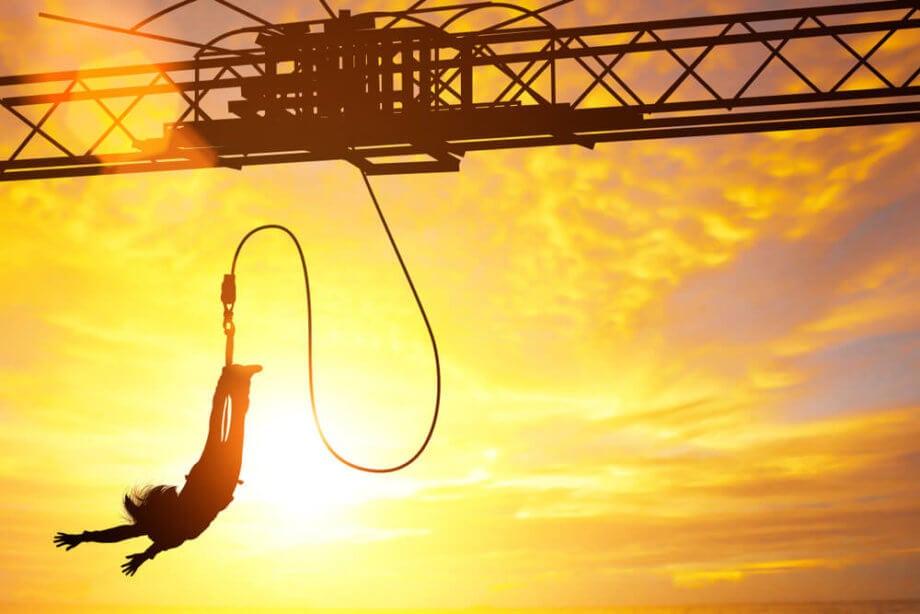 ein bungee-springer der fällt