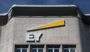 Ernst and Young (EY) Schiftzug steht am Gebäude