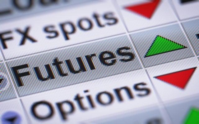 Finanzprodukte wie Futures und Optionen werden auf einem Bildschirm eingeblendet und mit Pfeilen nach oben oder unten versehen.