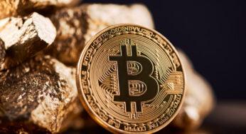 Bitcoin-Münze lehnt an Goldstücken.
