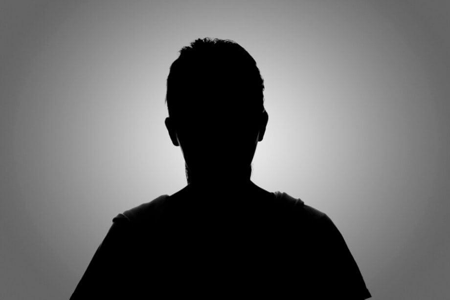 eine silouhette von einem menschen auf grauem hintergrund
