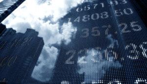 Anzeigetafel mit Börsenkursen spiegelt sich im Licht