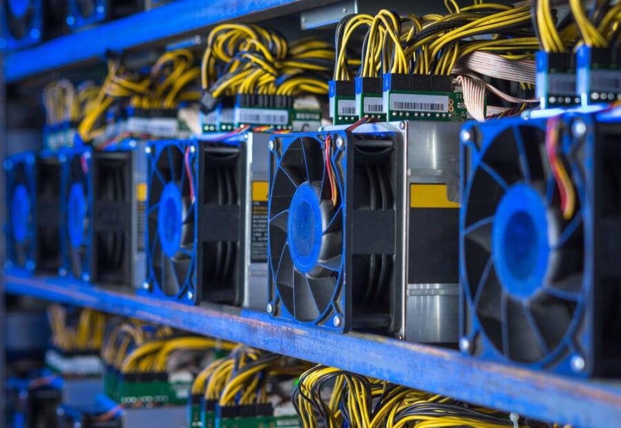 Bitcoin Mining Endgeräte sind nebeneinander aufgestellt