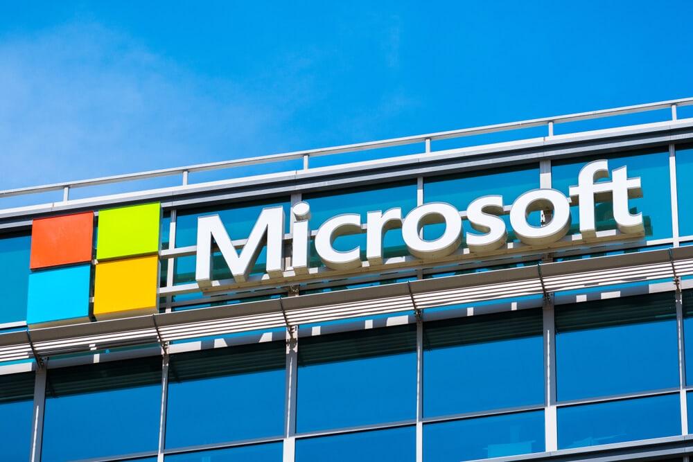 An einem Gebäude ist der Schriftzug Microsoft zu lesen