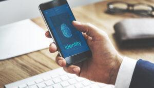 Symbolbild-NEO-Seraph-ID-Smartphone-mit-Fingerabdruck-auf-Display
