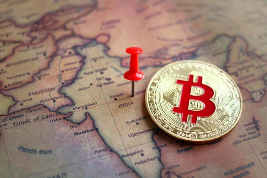 eine bitcoin münze auf der landkarte von indien