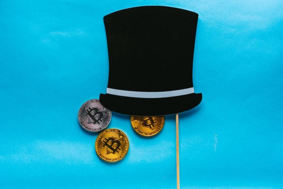 Symbolbild Operation Cryptosweep: Zylinder, aus dem Bitcoin-Münzen herausfallen
