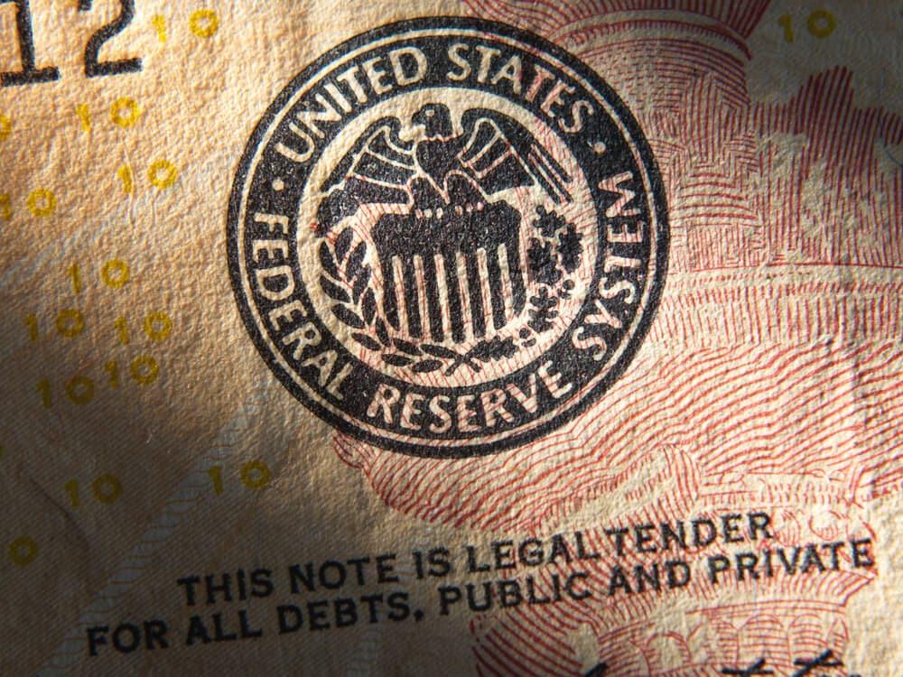 symbolbild fed: dollarschein mit zentralbanksiegel