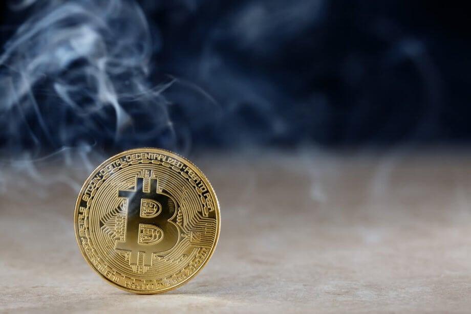 Bitcoin-Münze mit Rauch