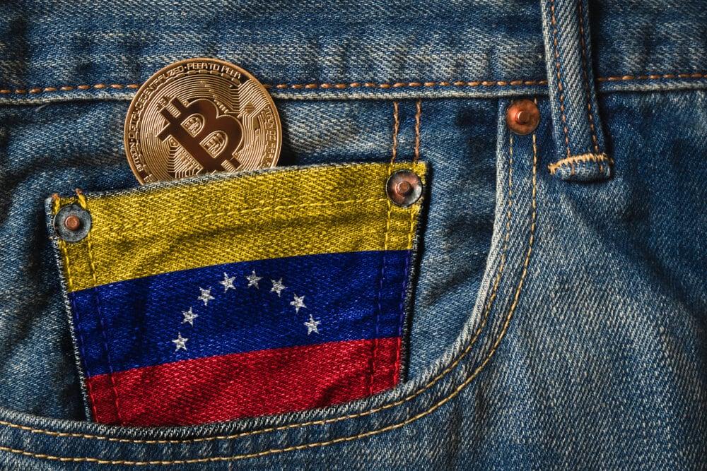 Bitcoin-Münze in Hosentasche inden Farben Venezuelas