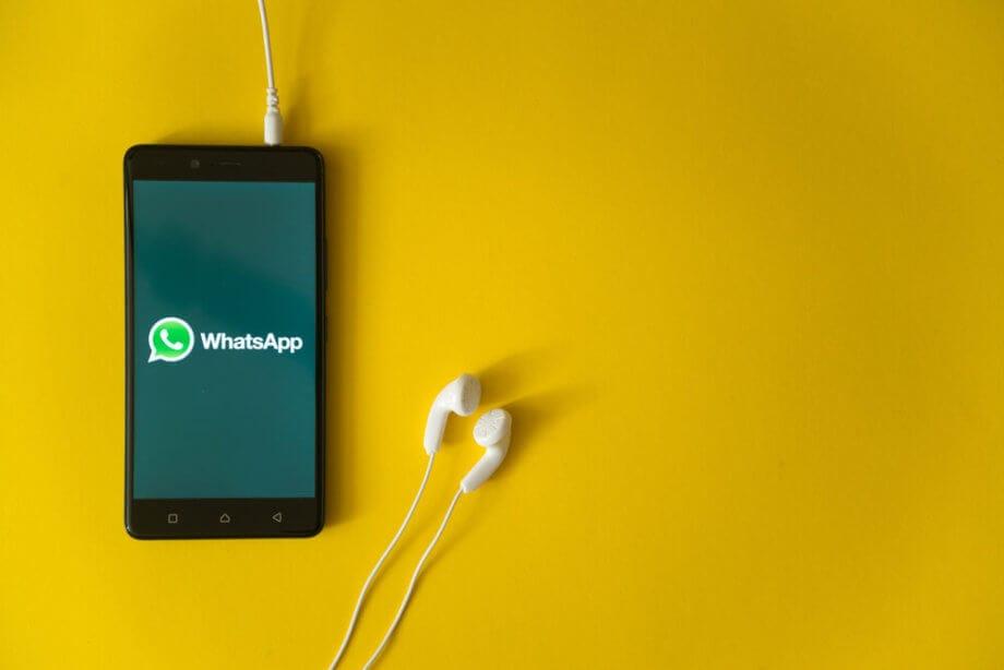 WhatsApp-Logo auf Smartphone Display