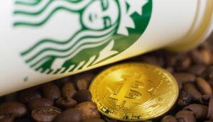 Becher des Bakkt-Investors Starbucks, Kaffeebohnen und Bitcoin-Münze