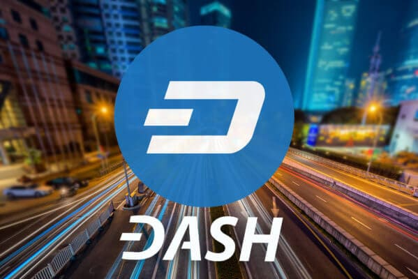 Logo der Kryptowährung Dash und eine Schnellstraße in einer Großstadt
