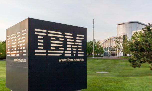 Das Firmenlogo IBM ist auf einem großen grauen Stein geschrieben.