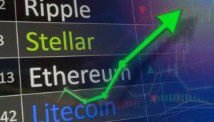 Ein grüner nach oben gerichteter Pfeil zeigt nach oben und symbolisiert steigende Kurse. Im Hintergrund sieht man die Namen verschiedener Kryptowährungen, wobei Stellar grün hervorgehoben ist.