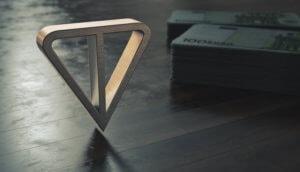 Telegram-Logo auf Holzboden mit Geldbündeln