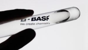 """Reagenzglas mit transparenter Flüssigkeit und dem Aufdruck """"BASF"""""""