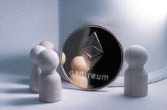 Ethereum-Münze mit Spielfiguren