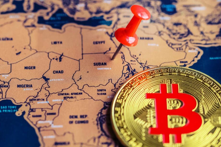 Bitcoin-Münze liegt auf einer afrikanischen Landkarte