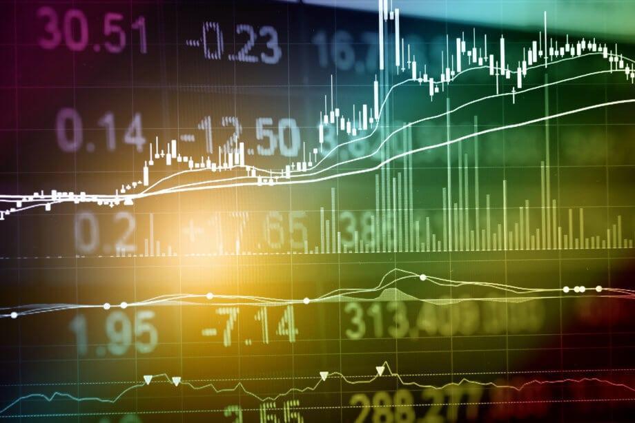 Aktienkurse auf einem digitalen Hintergrund dargestellt. Größtenteils grün.