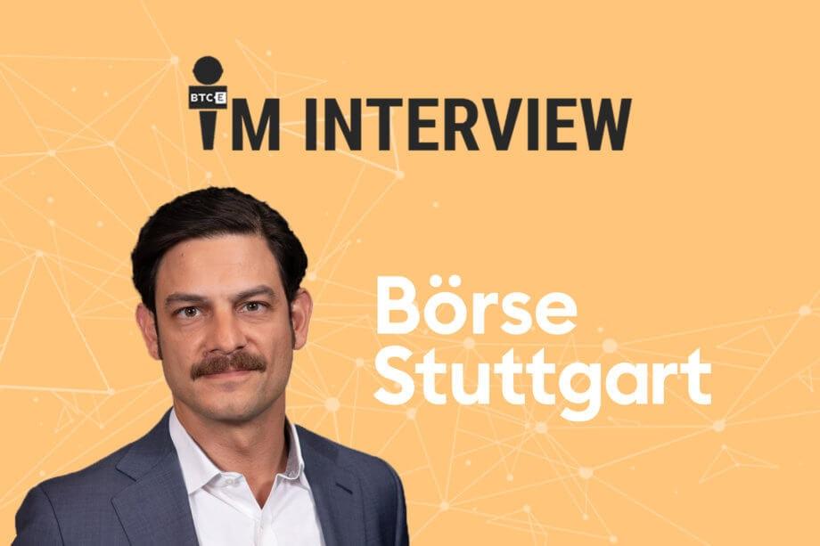 Auf dem Bild sind Dirk Sturz, Vorsitzender der Börse Stuttgart, und das entsprechende Unternehmenslogo auf orangenem Hintergrund im typischen BTC-ECHO-Stil für Interviews abgebildet.