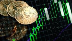 bitcoin-münzen liegen auf einer chart, die grüne kerzen zeigt