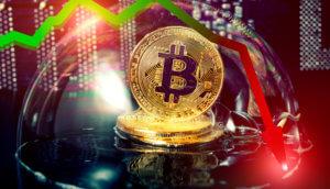 Goldene Bitcoin-Münze in einer Blase mit einem Kursverlauf, der vom grünen ins rote geht und dann crasht auf schwarzem Hintergrund mit symbolisiereten Zahlen