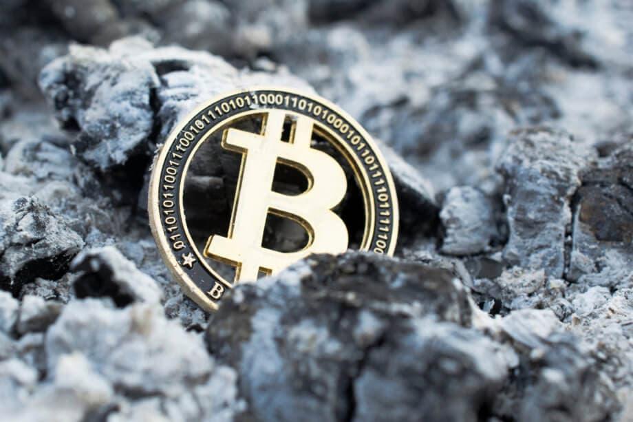 Bitcoin Symbol auf grauem Aschehintergrund