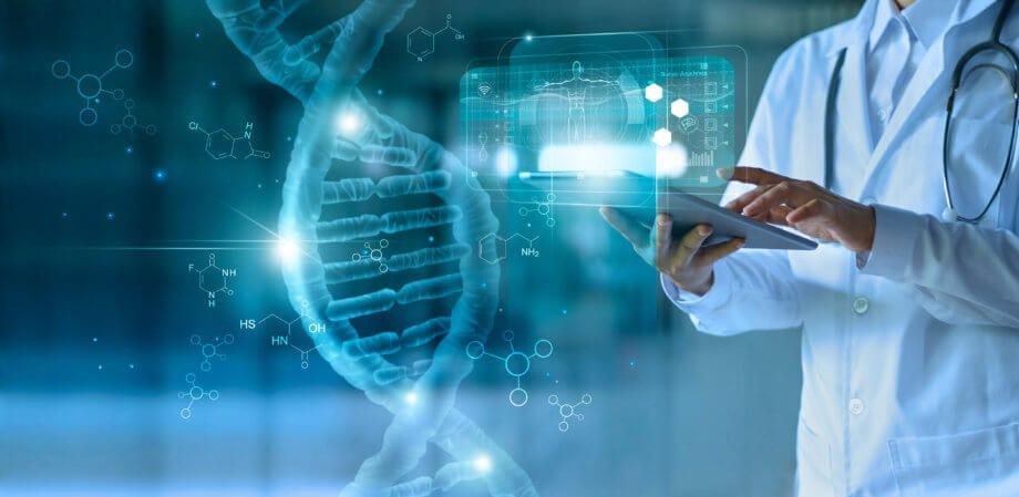 Das Bild eines Arztes im weißen Kittel, der auf ein Tablet drückt, wird von einer symbolischen Darstellung der Blockchain-Technologie flankiert