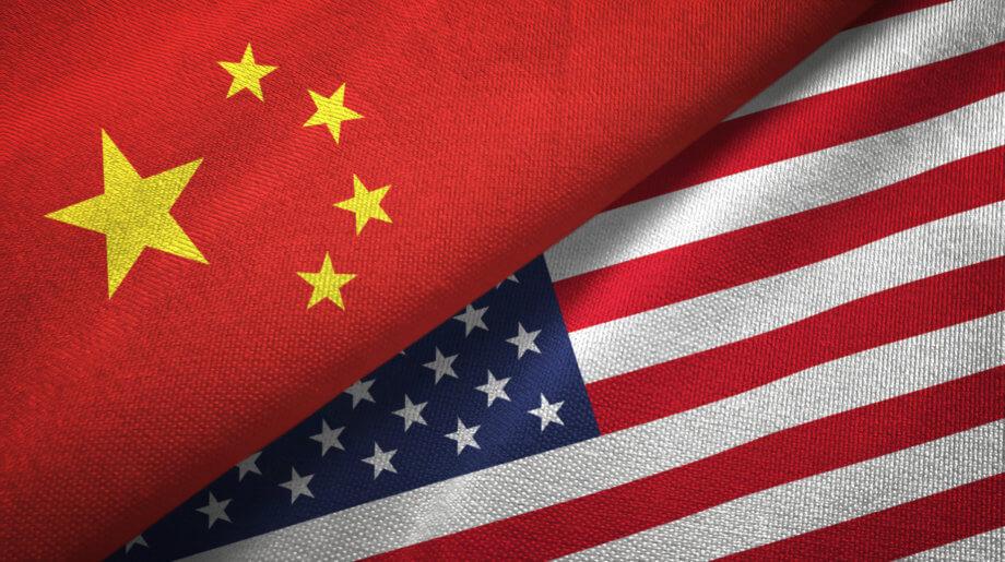 Eine Flagge von China liegt über einer Flagge der USA