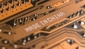 Made in China Schriftzug auf orangener Abbildung vom innenleben eines Computers, technologische Darstellung