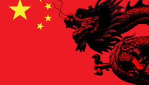 Ein schwarzer Drache rechts im Bild ist auf der Flagge von China abgebildet. Links oben sieht man einen großen und vier kleine gelbe Sterne