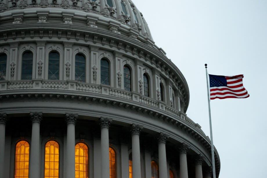 Eine US-amerikanische Flagge weht neben dem Kongress