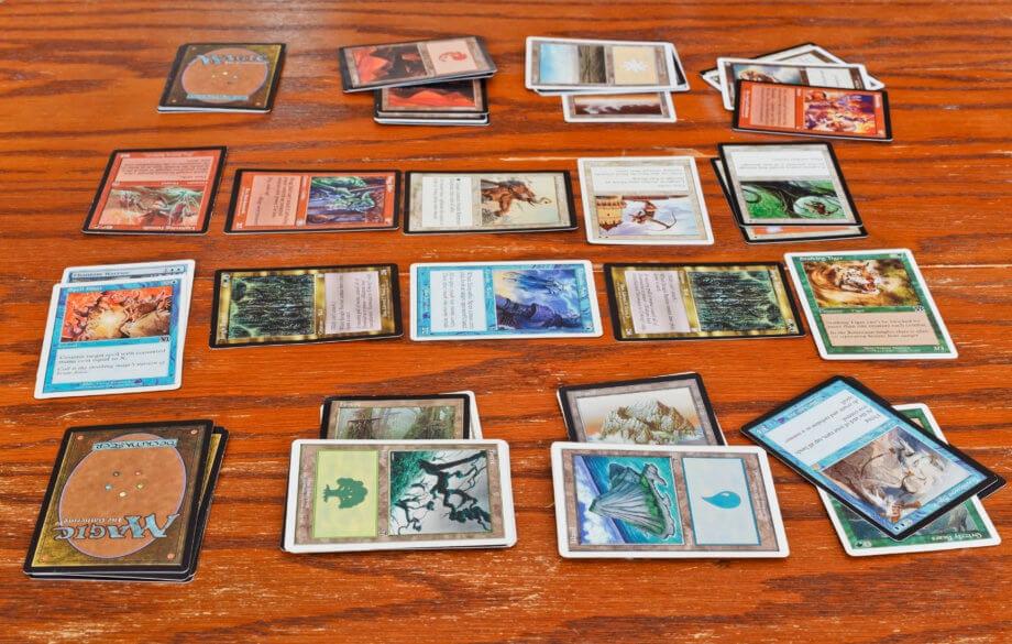 Zwei Magic-the-Gathering-Spieler im Eifer des Gefechts während einer Partie.