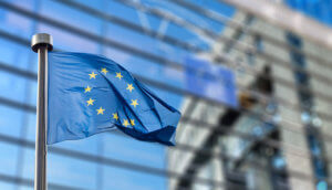 Flagge der Europäischen Union vor dem Berlaymont-Gebäude (Europäische Kommission) in Brüssel, Belgien.