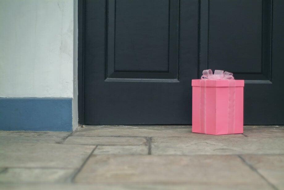 Symbolische Darstellung der Rückgabe der gestohlenen Gelder von Lendf.Me in Form eines Paket, das vor einer Tür liegt.