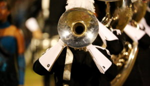 vormarsch einer militärparade wird von einem soldaten mit trompete angeführt