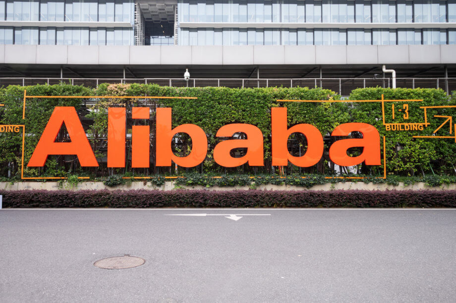 Alibaba-Lettern vor Hecke