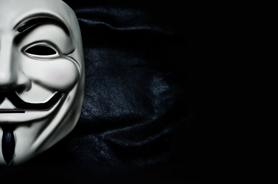 weiße anonymous-maske auf schwarzem hintergrund auf der linken bildhälfte zu 40 Prozent vom linken bildrand abgeschnitten. Weiße Maske mit schwarzen augenbrauen und schwarzem geschwungenen schnauzbart und bart in strichform am kinn von der unterlippe bis unten, repräsentation von bitcoin erfinder satoshi nakamoto