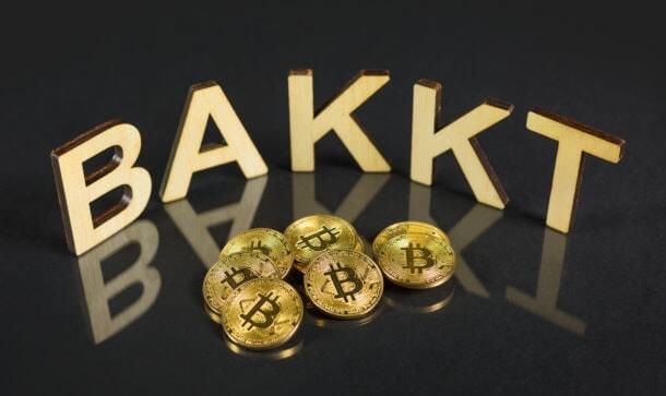 BAKKT Buchstaben mit Bitcoin-Münzen