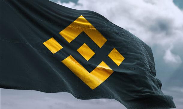 Binance Flagge vor bewölktem Himmel